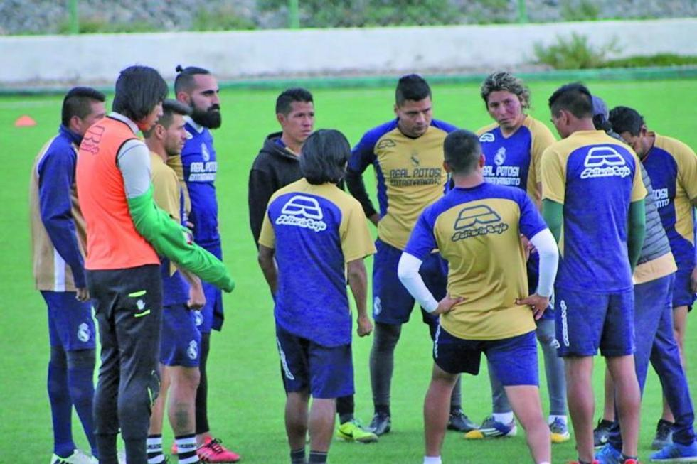 El entrenador Milton Maygua conversa con los jugadores.
