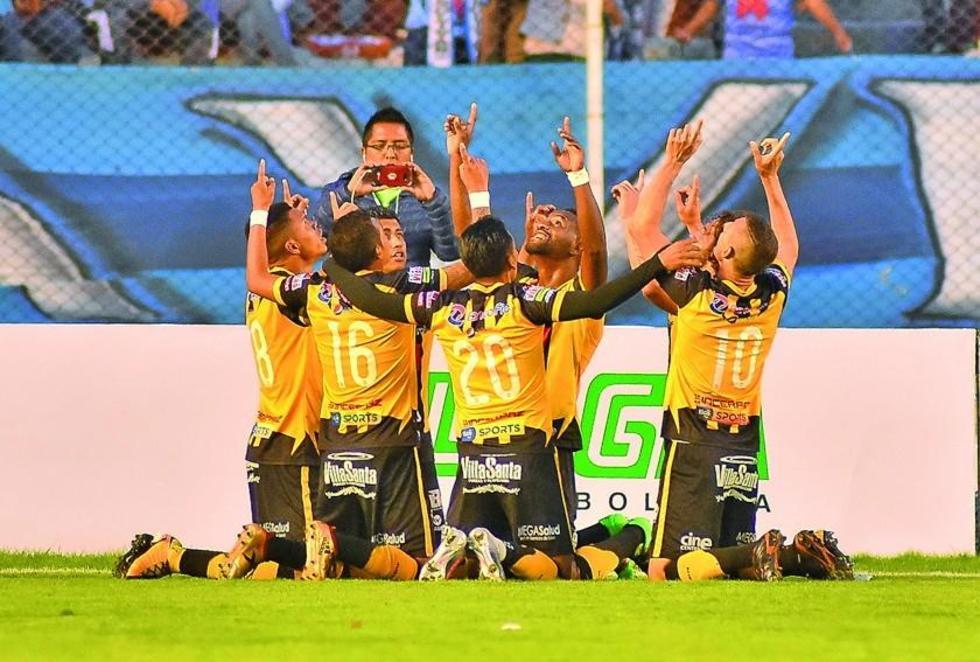 El jugador atigrado Edison Carcelén festeja su gol con sus compañeros.