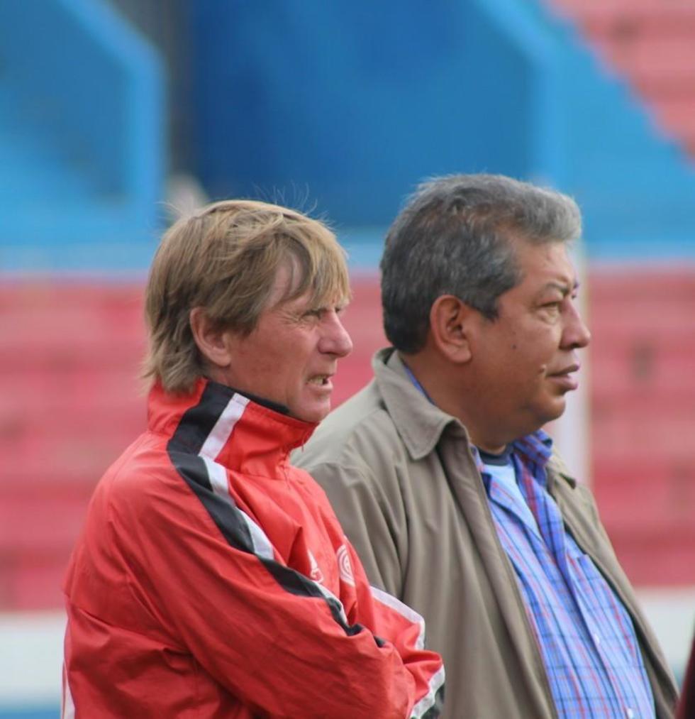 Ángel Pérez junto al presidente de la  banda roja, Wilfredo Condori.