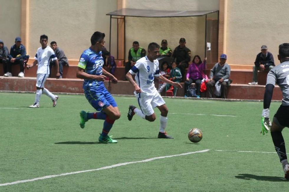 Uno de los jugadores potosinos controla el balón ante la marca de un rival.