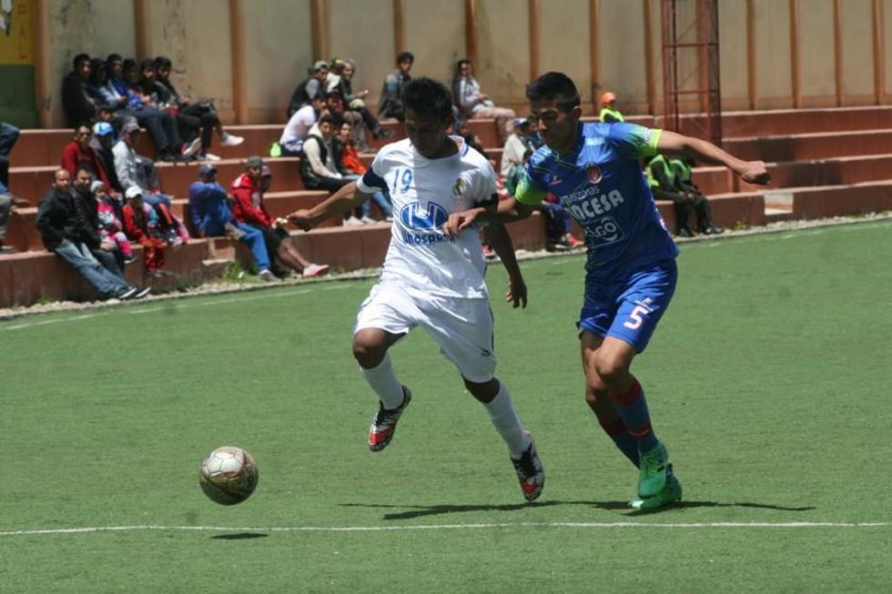 Los jugadores luchan por el control de la pelota.