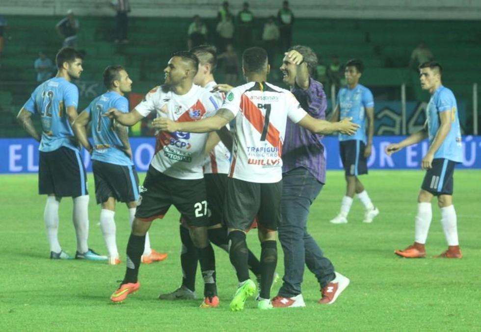 Técnico y jugadores se abrazan tras la finalización del partido.