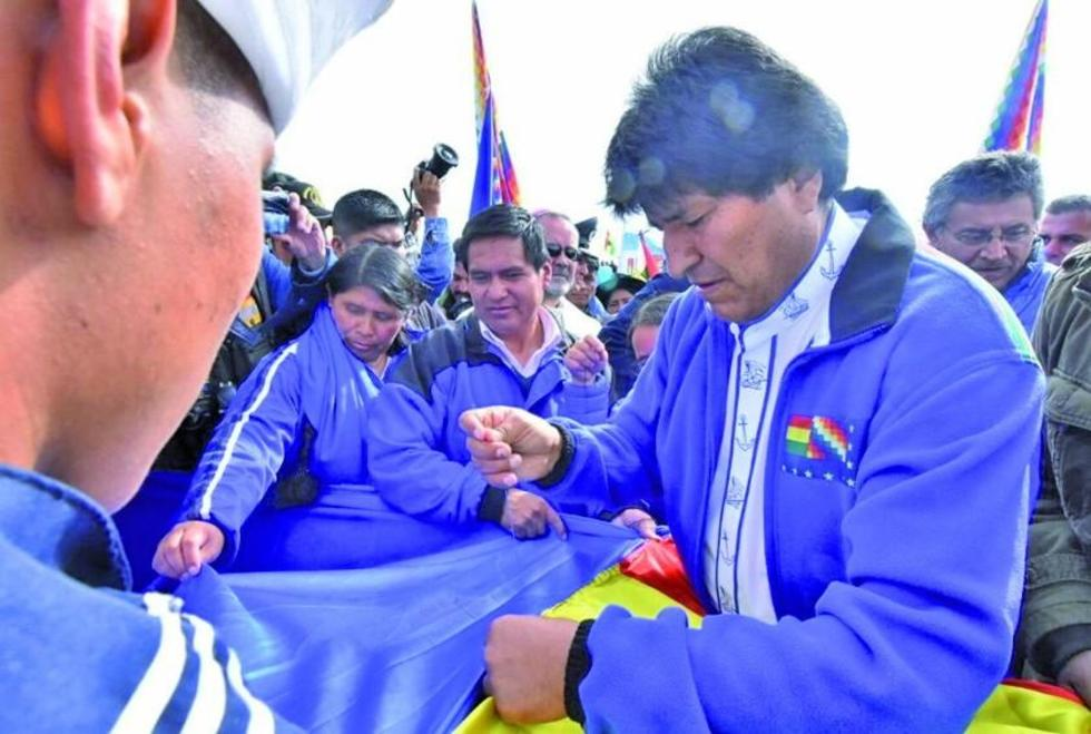 El presidente, Evo Morales, inició el enlazado de las banderas en la localidad de Caracollo.