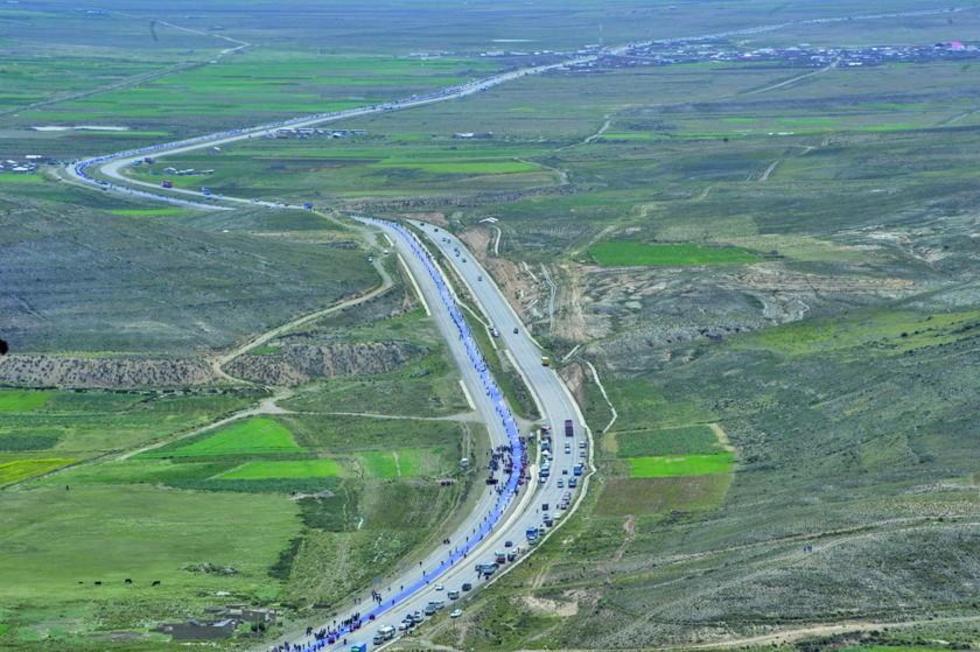 La enseña de la reivindicación marítima fue desplegada a lo largo de la carreteras  Oruro - El Alto.