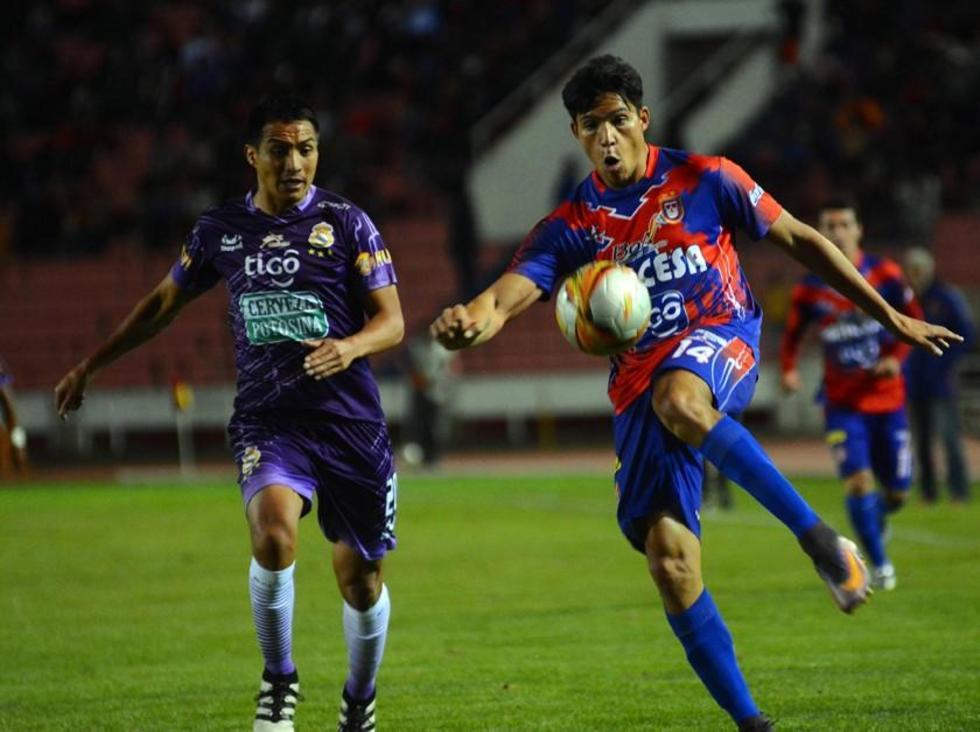 El jugador de Universitario, Marcelo Argüello, remata el balón.
