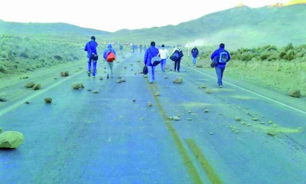 Comunarios inician un bloqueo vial contra la toma de Jayaquila