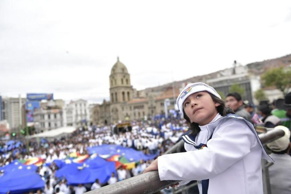 """Ciudadanos, funcionarios y fuerzas militares participaron de la """"Marea azul"""" en varias regiones del país..."""