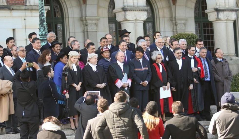 En La Haya, el presidente Evo Morales y una comitiva oficial junto al equipo jurídico boliviano.