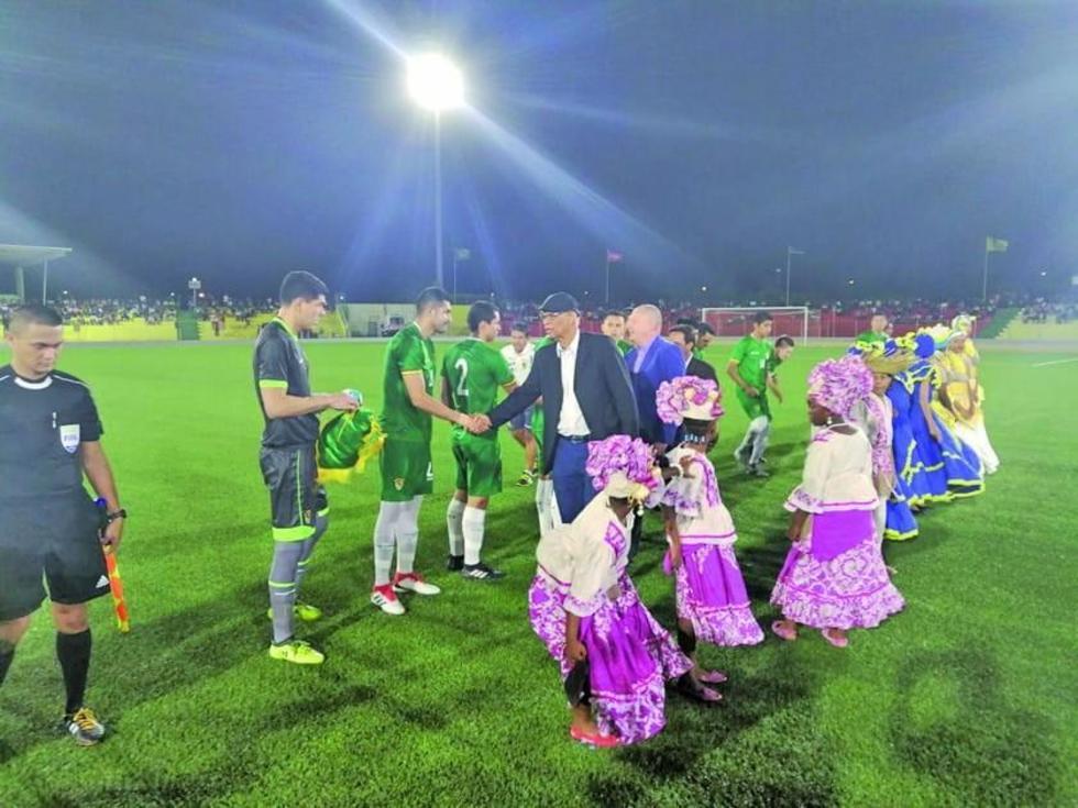 Los jugadores de la Verde son saludados por los locales.