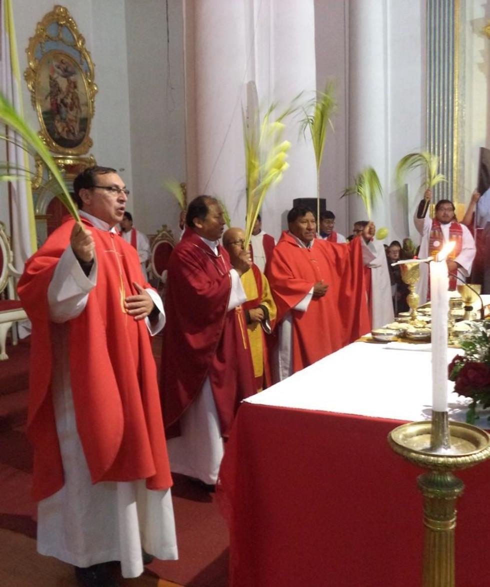 El obispo Ricardo Centellas y sacerdotes en la celebración.