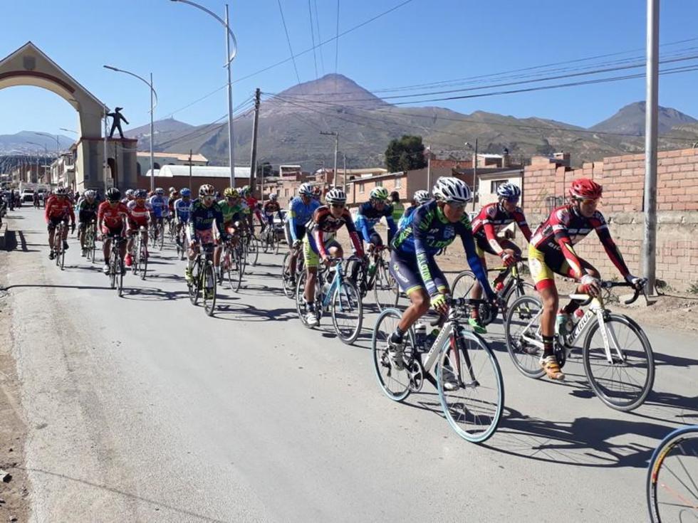 Los ciclistas durante la partida en la categoría Open.