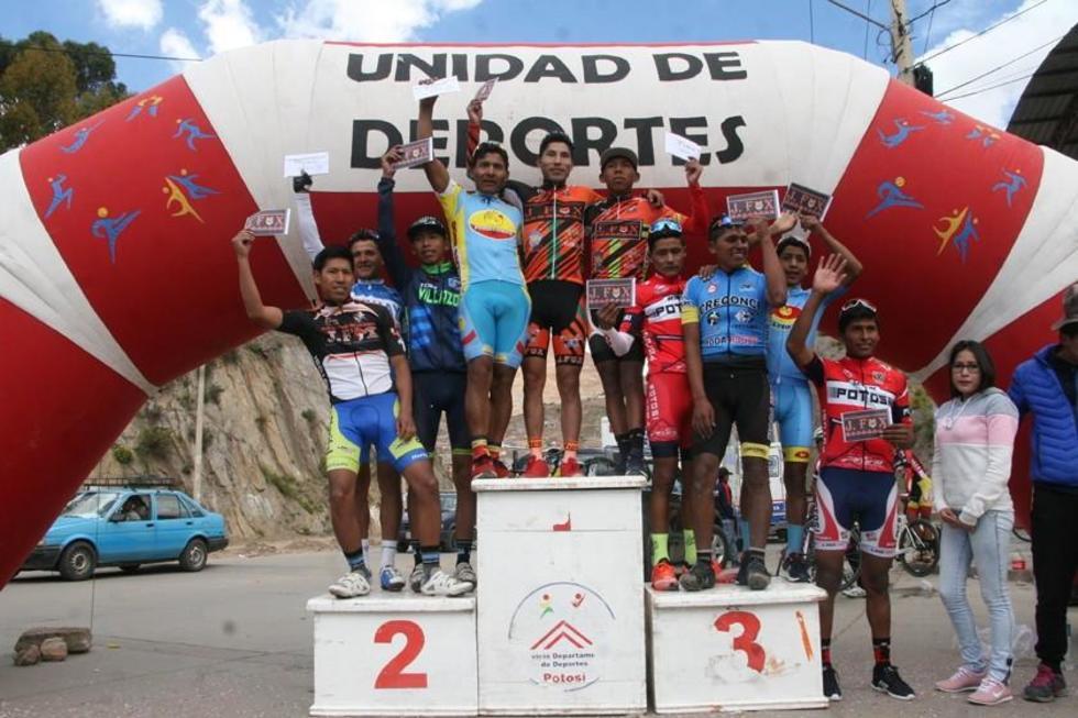 Los diez mejores corredores del campeonato en el podio de ganadores.