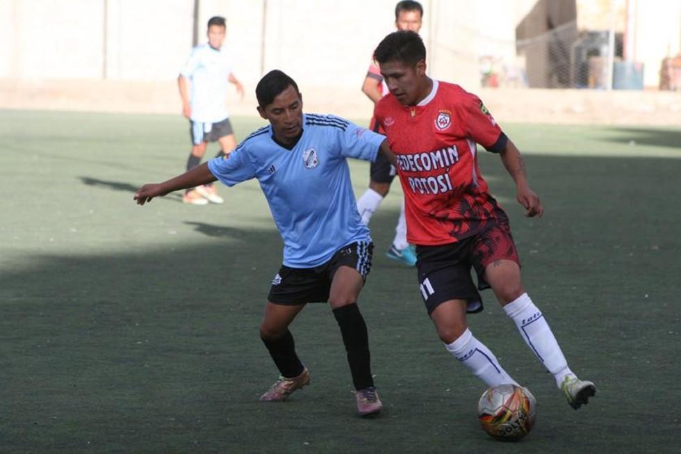 El jugador Walter Ruiz, de Wilster, controla el balón ante la marca de su rival.