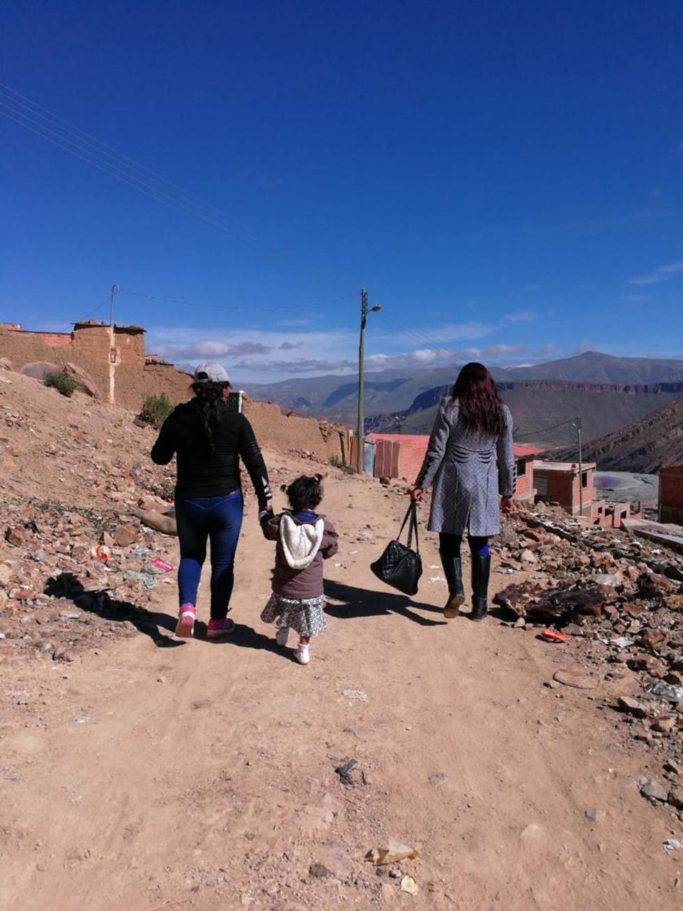La niña es llevada a su casa de la mano por su madre.
