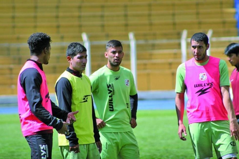De izq. a der. Wilder Salazar, Juan Carlos Galvis y Saúl Torres conversan tras la práctica.
