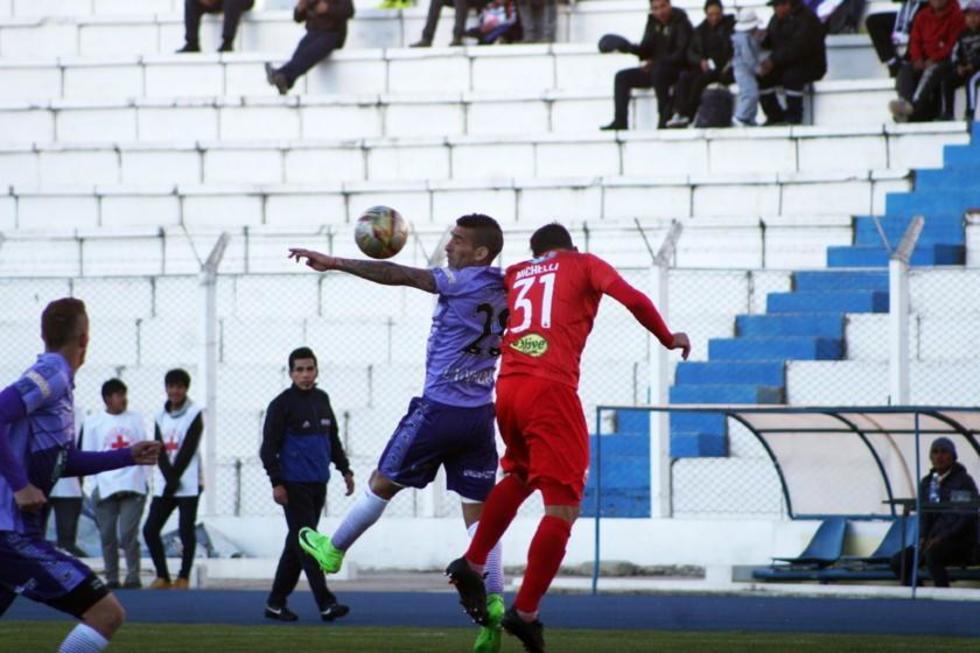 Leonardo Iglesias trata de controlar el balón ante la presión de su rival.