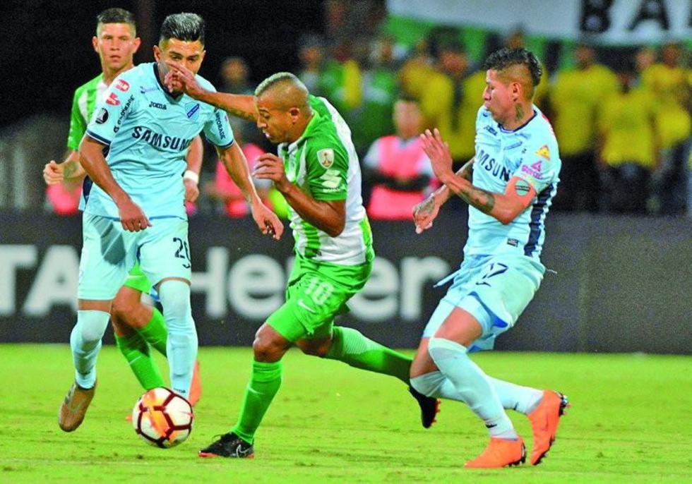 Macnelly Torres trata de pasar la marca de los celestes Erwin Saavedra y Juan Carlos Arce.