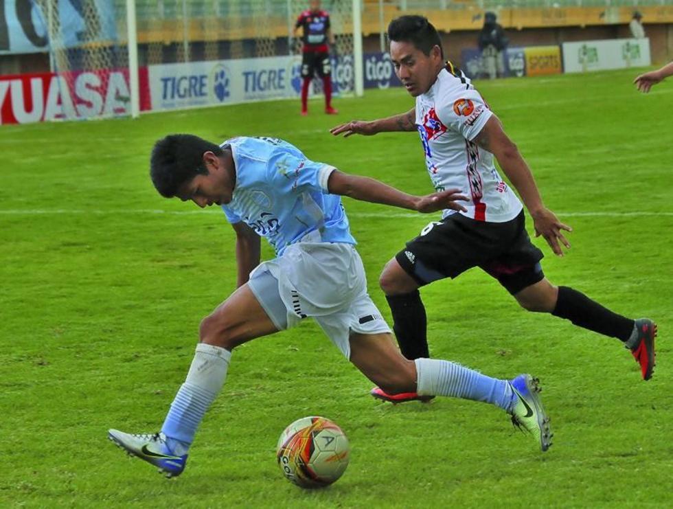 Isaías Dury pugna el balón con su rival.