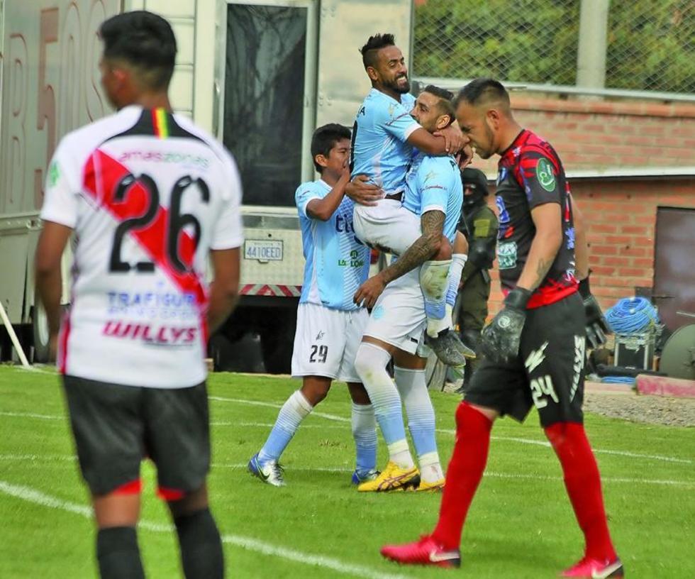 Jugadores del equipo cochabambino festejan la victoria.