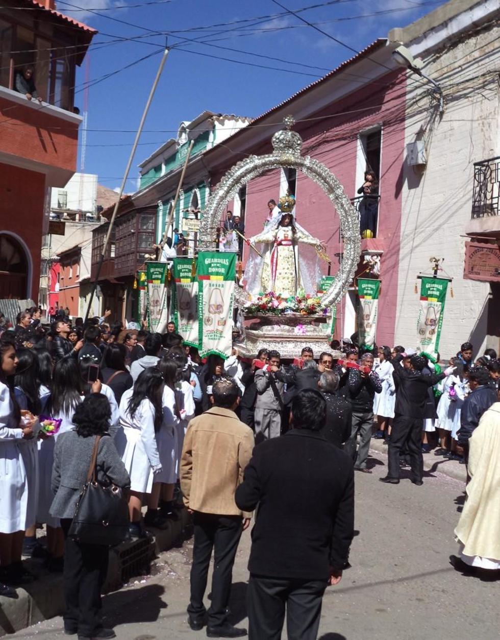 La imagen volvió al templo con el tradicional baile.