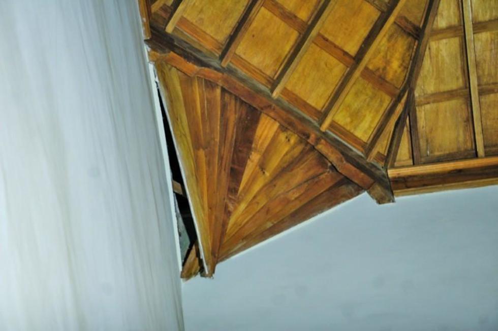La humedad que viene del techo afecta la estructura de madera en La Merced.