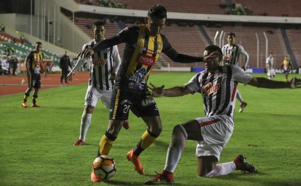 Rudy Cardozo disputa el balón con Paulo Da Silva.