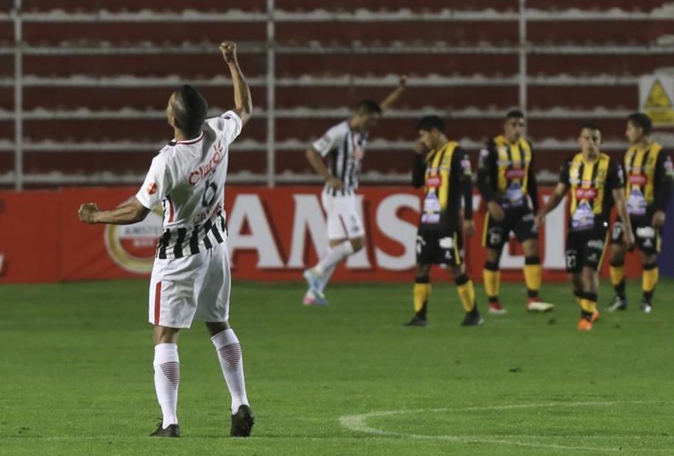 Salustiano Candia, de Libertad de Paraguay, celebra el triunfo de su equipo.