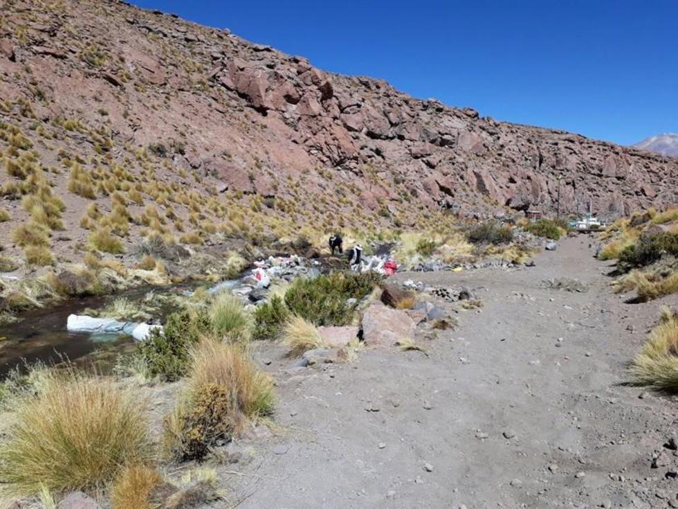 La foto muestra la instalación de la tubería en territorio chileno.