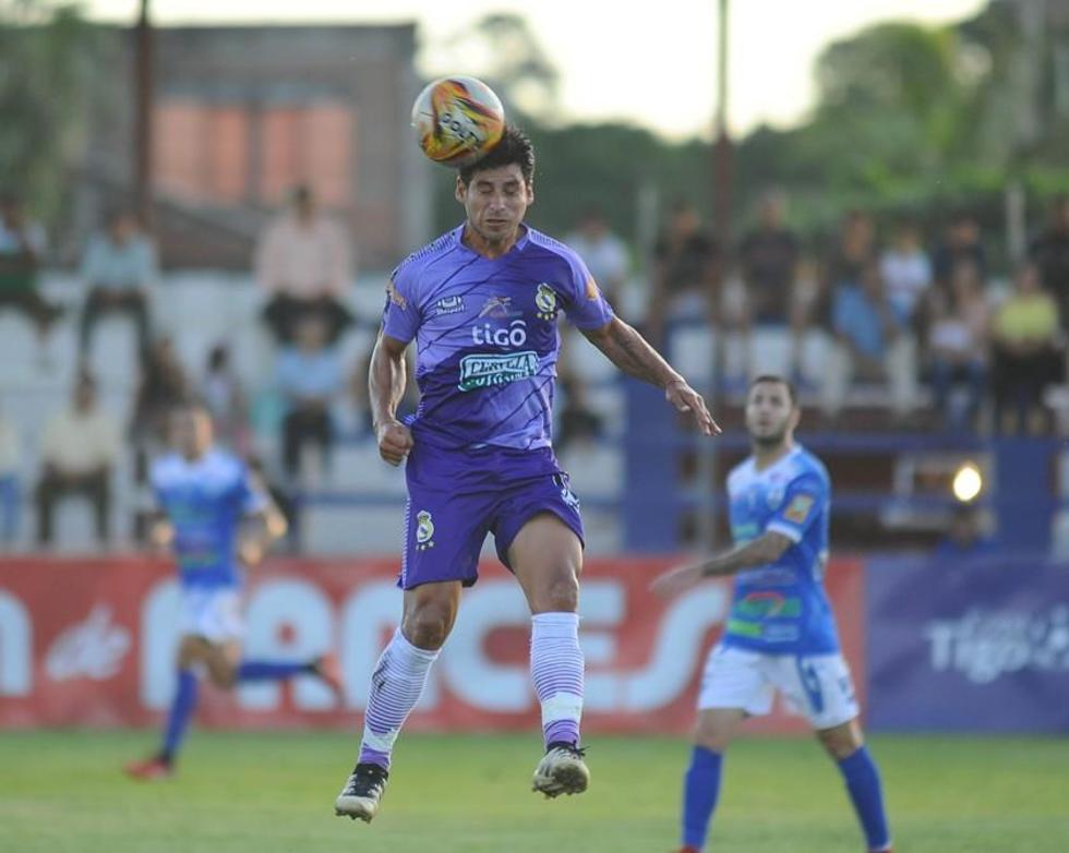 El jugador Juan Pablo Alemán cabecea la pelota.