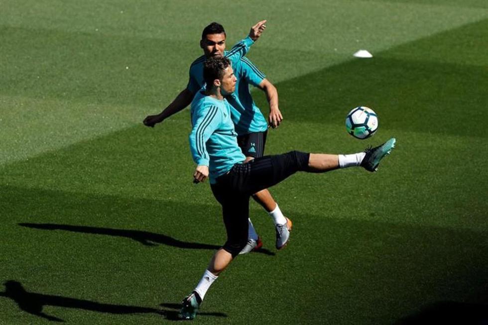 El jugador de Real Madrid, Cristiano Ronaldo, controla el balón.