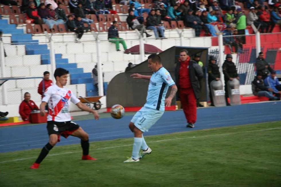 Edson Pérez y Enrique Flores pugnan por el balón.