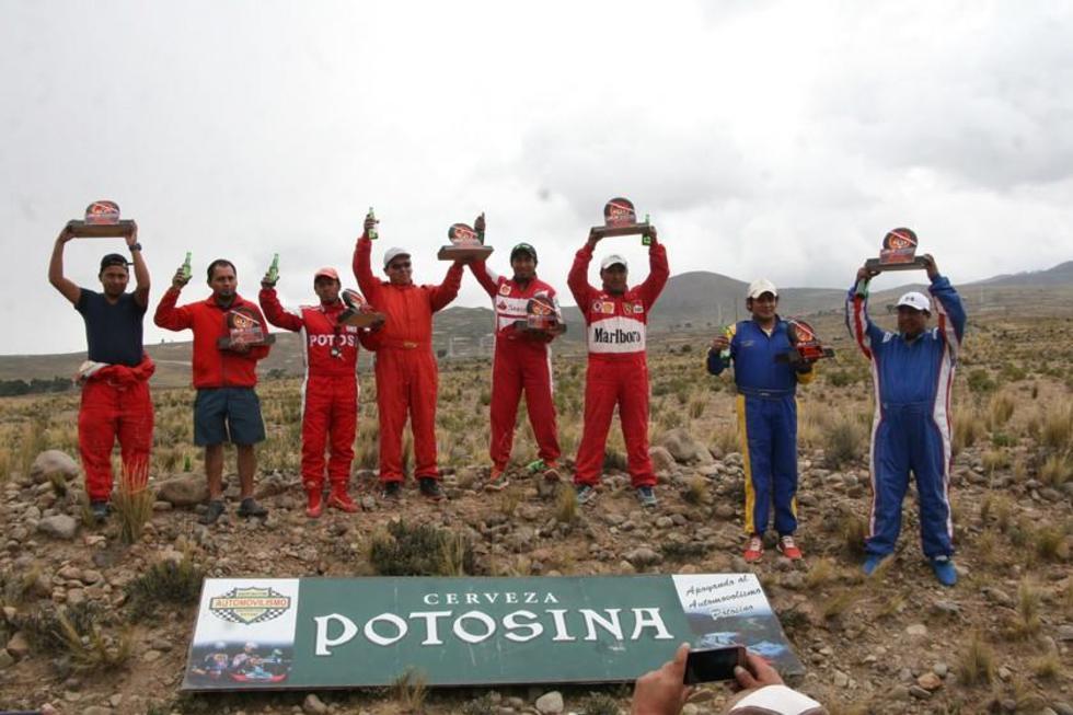 Los campeones de la categoría R2B en el podio.