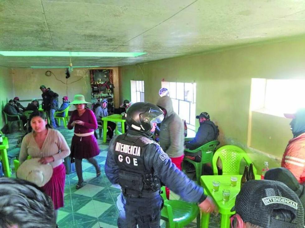 Cuando se entró al local había hombres y mujeres libando alcohol.