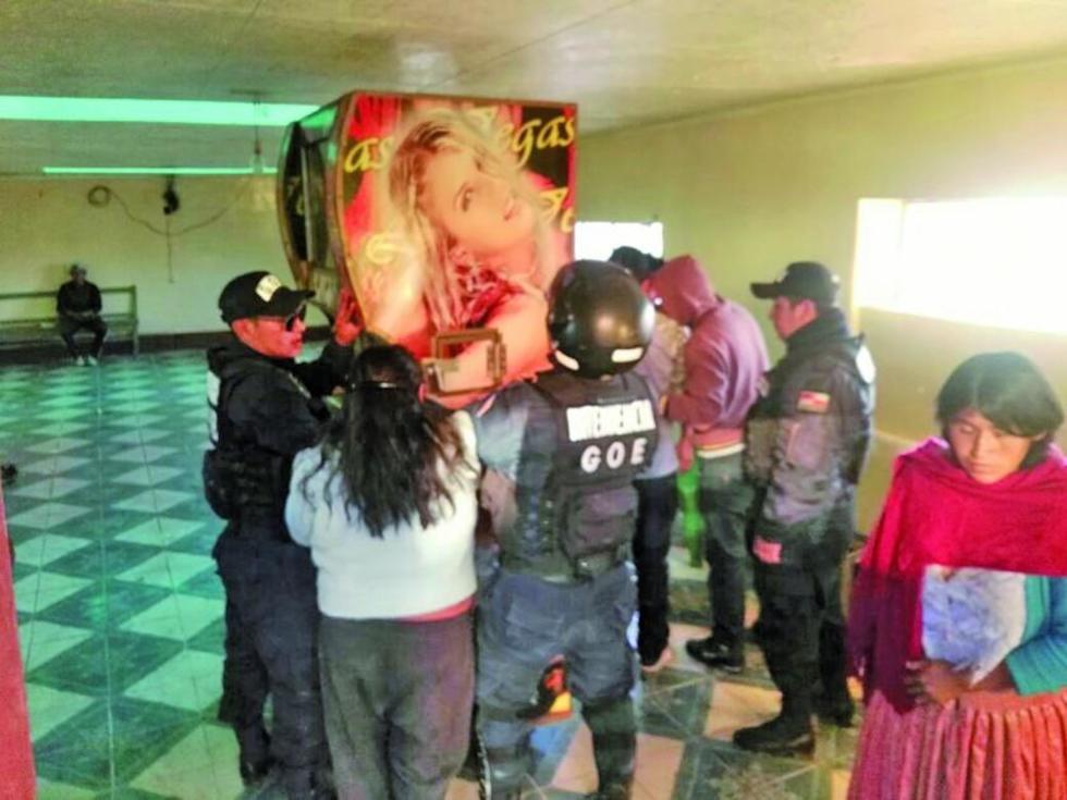 """Dueños de """"bar ilegal"""" resisten clausura pero la Intendencia se impone"""