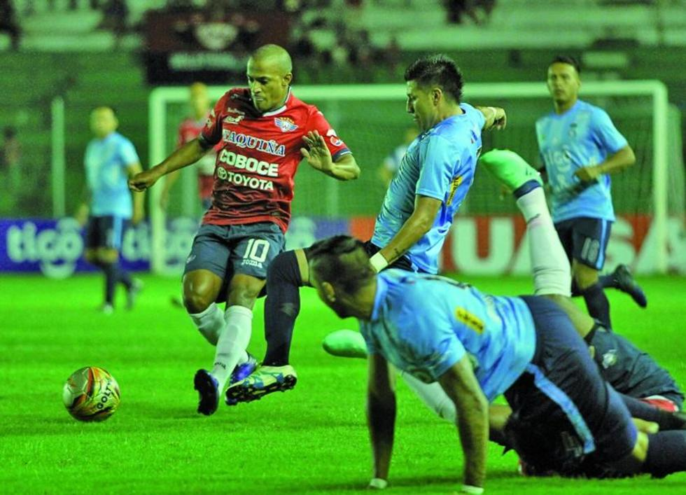 El jugador de Wilster, Serginho, controla el balón, ante la marca de sus rivales.