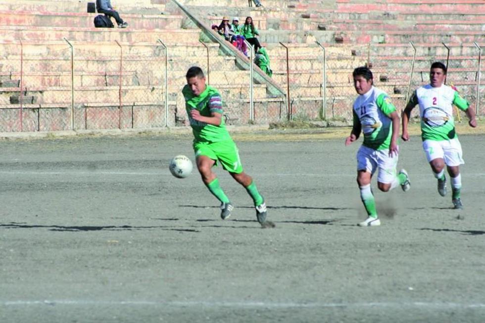 El futbolista Diego Ardaya, de Ferrocarril, en la jugada del gol.