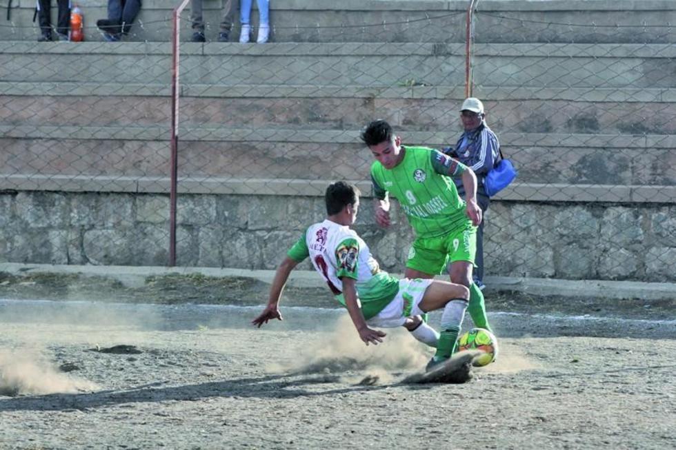 El jugador Alan Peredo (d), de Ferrocarril, amaga a su rival.