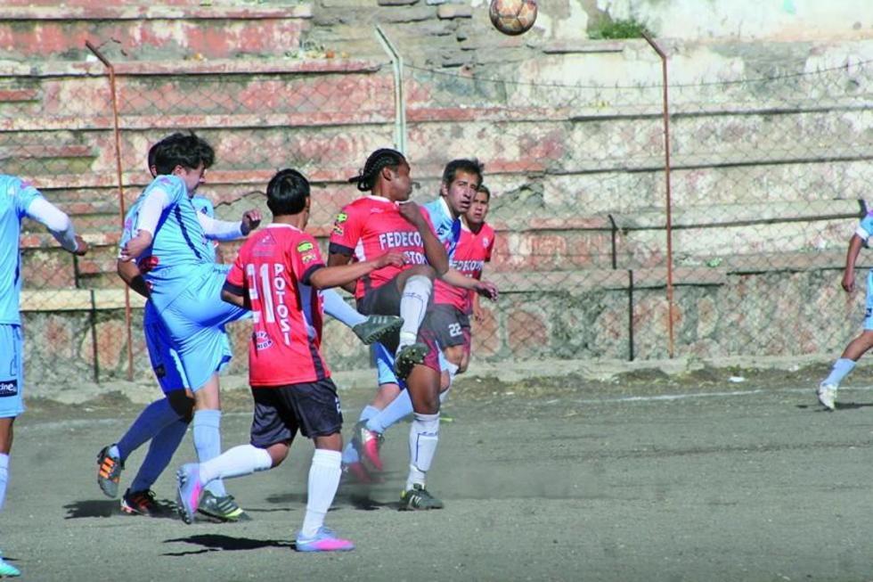 """El partido se disputó en el estadio """"Potosí""""."""