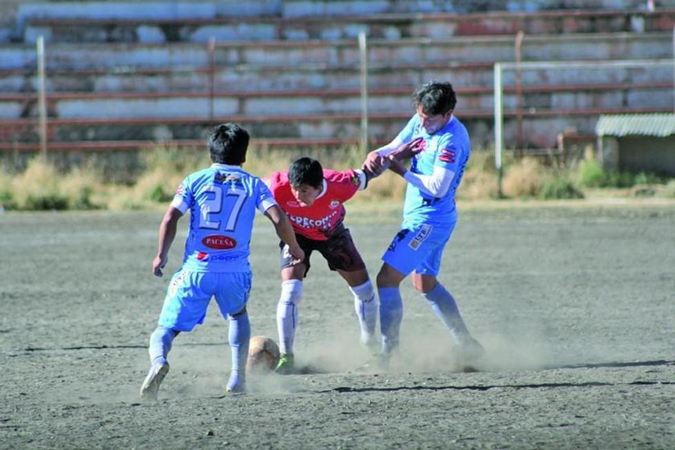 El jugador Luis Vaca (c) de Wilstermann Cooperativas protege el balón.