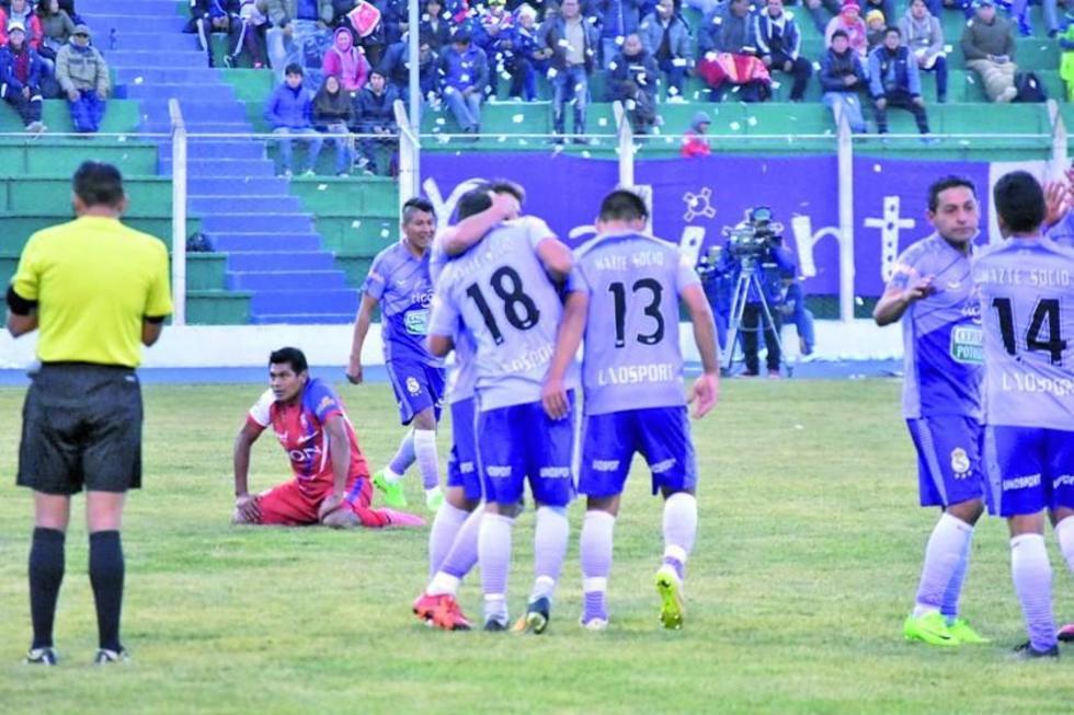 El equipo festeja  el primer gol del cotejo