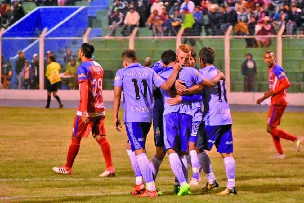 Los jugadores locales se abrazan tras anotar un gol.