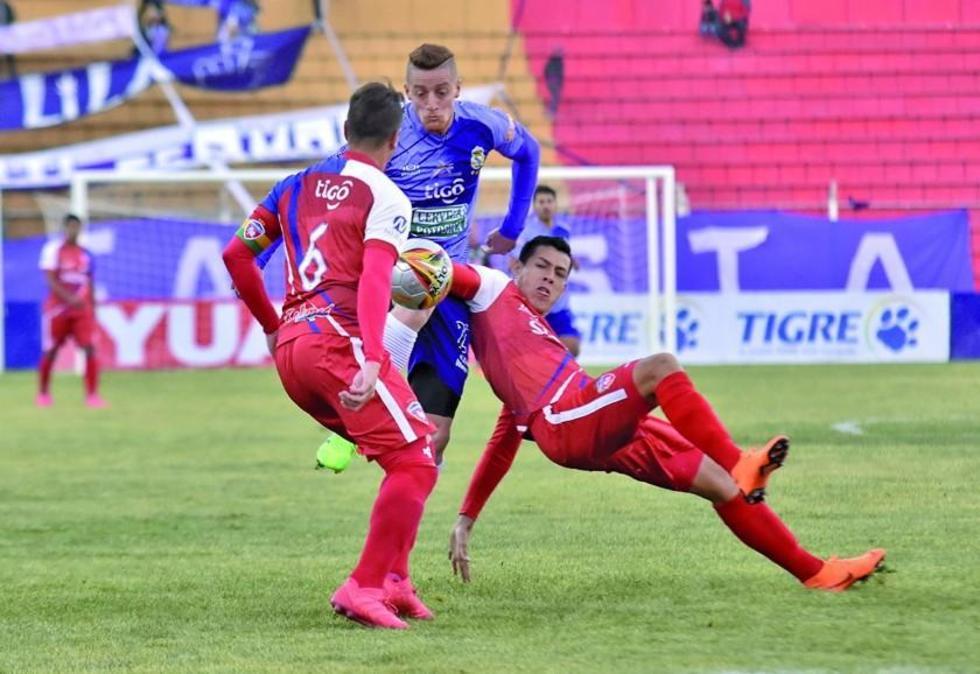 Germán Sosa trata de pasar la marca de su rivales.