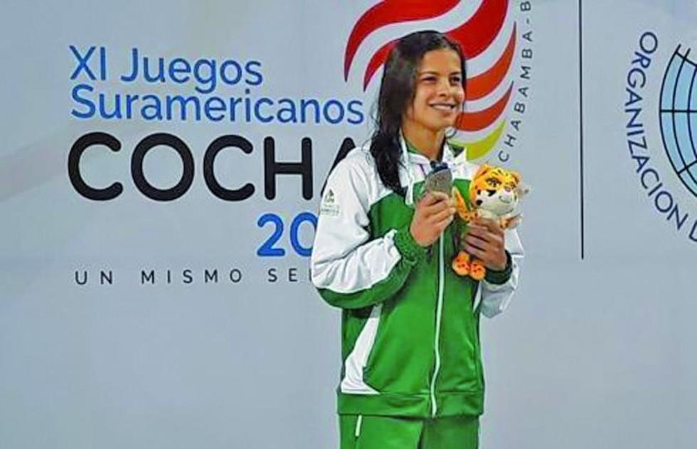 Tórrez muestra orgullosa su segunda medalla.