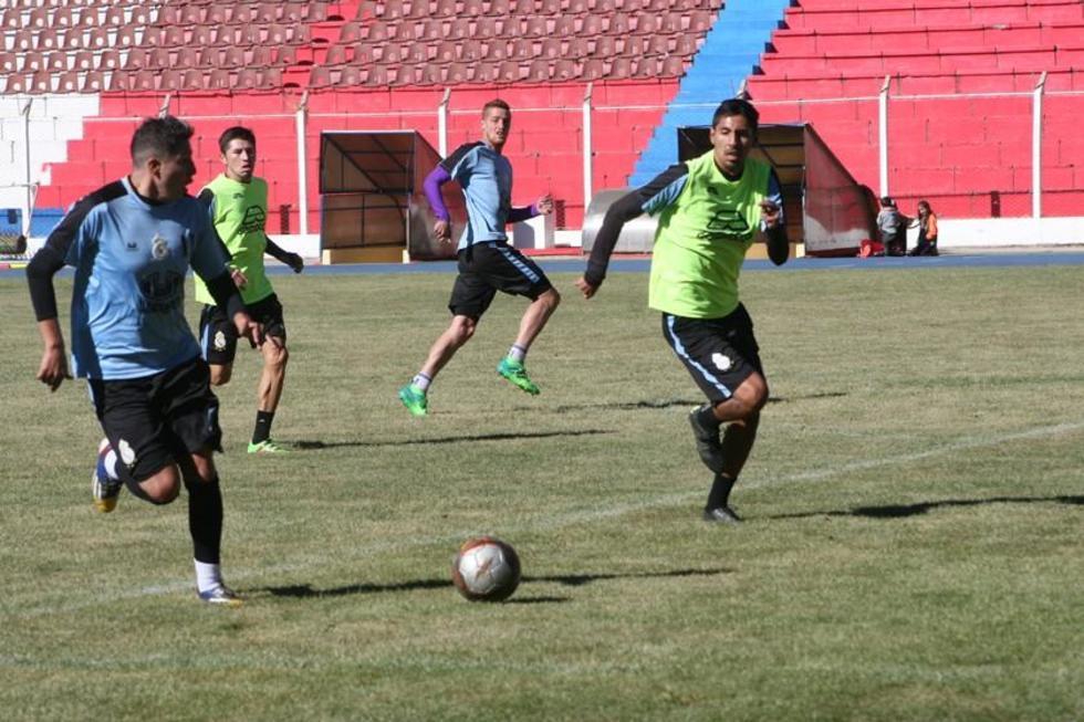 Los jugadores lilas durante su entrenamiento antes de viajar a Montero.