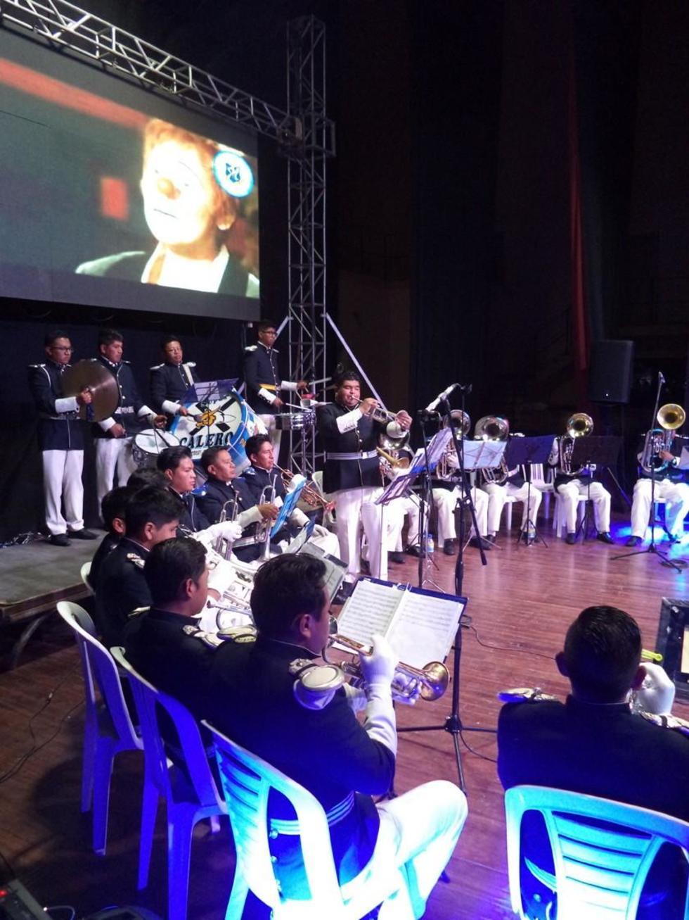 Los músicos lucen el tradicional azul y blanco.
