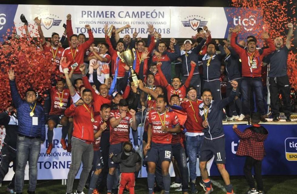 El equipo cochabambino levanta el trofeo conseguido.
