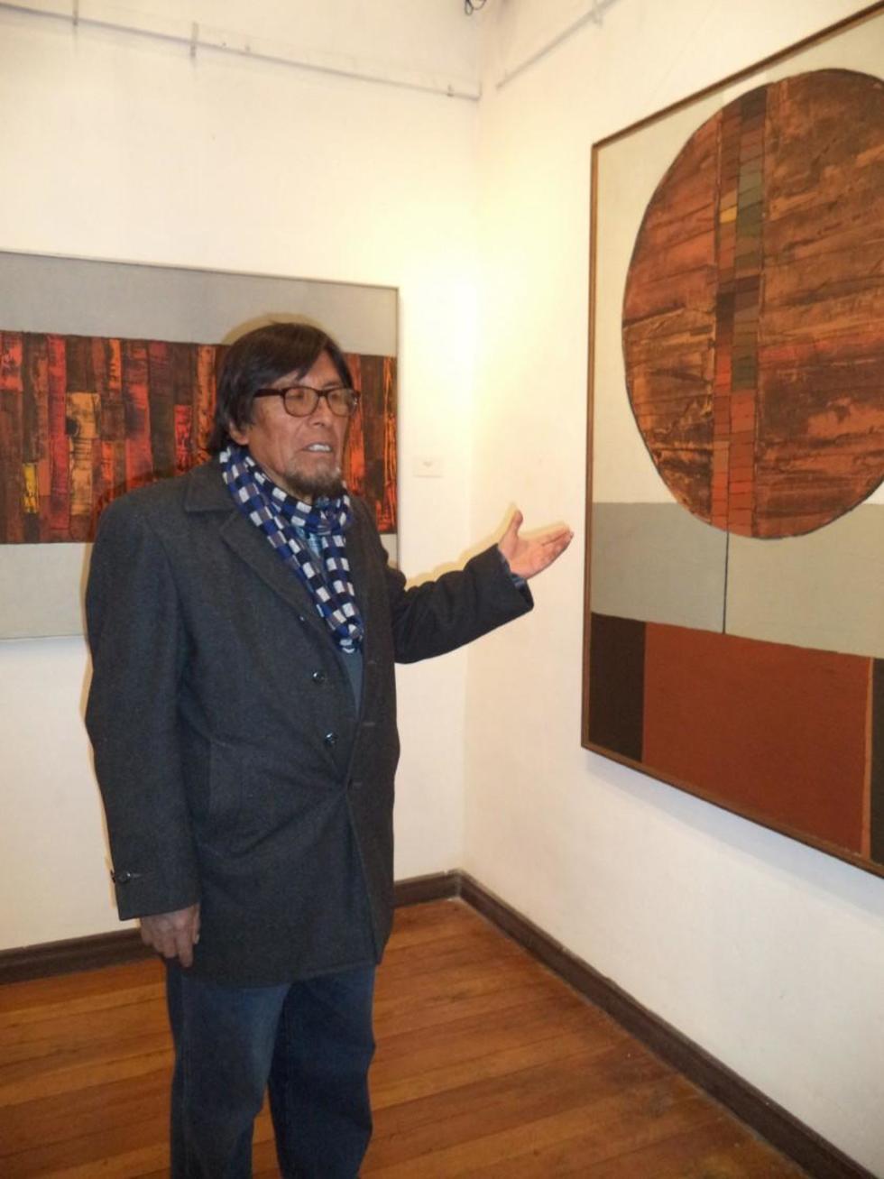 El pintor explica las características de una de sus obras.