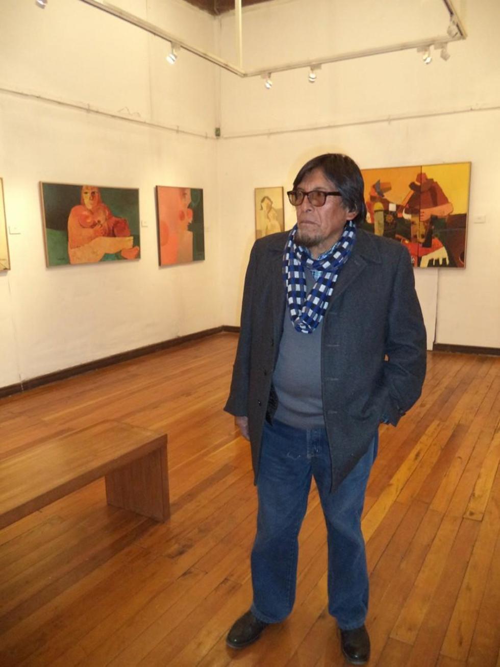 El maestro en una de las salas de la exposición.