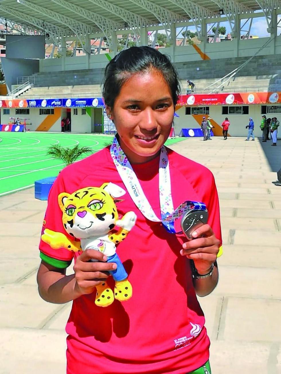 La deportista posa con la medalla conseguida.