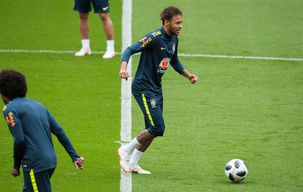 Neymar práctica con la pelota.